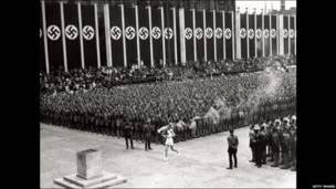 د اولمپیک لومړی مشعل چې د المان نازيانو برلین کې په ۱۹۳۶ کال چمتو کړی و ، په لرغوني یوناني پېر کې اور د پاکوالی نښه وه .
