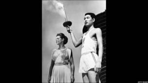 مشعل د اولمپیک د لوبو لپاره د اور د بلولو لپاره کارېده . د ۱۹۵۶ کال د اولمپیک سیالیو لپاره استرالیايي رون كلارك په ملبورن کې اور بل کړ .