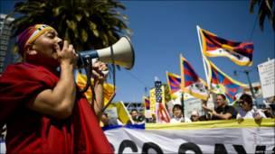 د سان فرانسیسکو په امبارکادیرو کې د تبت د حقونو غوښتونکي د پکین د ۲۰۰۸ کال د المپیک د سیالۍ د مشعل د بلولو پرمهال .