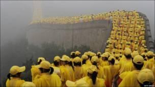 زرګونه رضاکاران د چین پر لوی دېوال د پکین د ۲۰۰۸ کال د لوبو پرمهال لیدل کېږي .