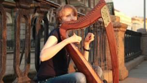 Девушка играет на арфе