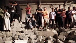 Personas se reúnen alrededor del sitio del supuesto ataque