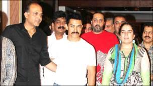 आशुतोष गोवरीकर, आमिर ख़ान और रीना दत्ता.