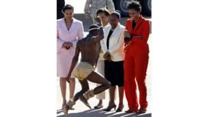 Мишель Обама наблюдает танец
