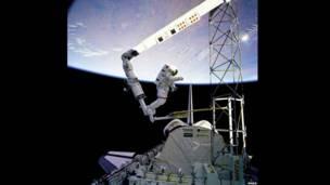"""Астронавты """"Атлантис"""" выходят в открытый космос"""