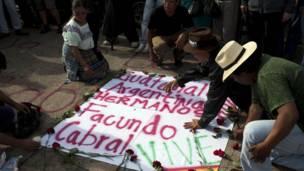 Guatemaltecos firman pancarta para Cabral