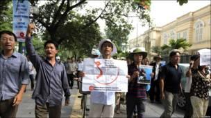 Người biểu tình mang biểu ngữ phản đối Trung Quốc gần đại sứ quán của nước này tại Hà Nội