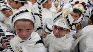 Толпа мальчиков в белых нарядах