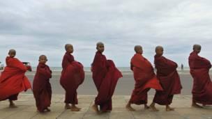 Мальчики-монахи идут цепочкой