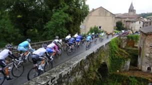 Велосипедисты проезжают по мосту