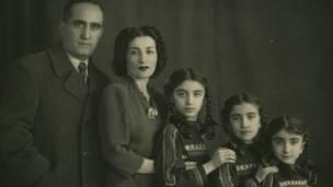 مهشید امیرشاهی (دوم از راست) به همراه پدر و مادر و خواهرانش