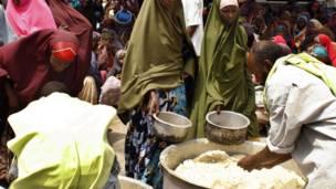 د سومالیا په پلازمېنه موګادیشو کې پر وږو کسانو خواړه وېشل کېږي.