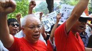 Trong hình, người biểu tình giơ cao nắm đấm một cách quả quyết. (AFP)