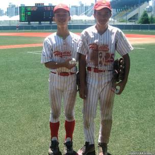 Đội trưởng Nhữ Ngọc Quốc Thịnh (trái) và Ben Nguyen Treutler