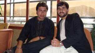 احمد امید خپلواک د افغانستان له مشهور سندرغاړي شفیق مرید سره په یادګاري عکس کې .