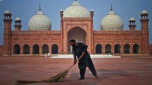 یو پاکستانی جاروکښ د روژې مبارکې میاشتې ته د چمتووالي په بهیر کې د لاهور پادشاهي جومات انګړ جارو کوي.