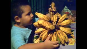 Niño con topochos