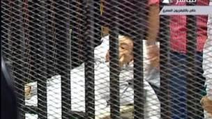 Хосни Мубарак на носилках