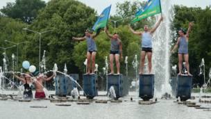 Десантники в фонтане