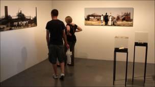 Усіх представлених митців цікавить історія і пам'ять, розповіла Бі-Бі-Сі  куратор виставки Керін Грінберг