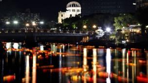 د سولې یادګاري بڼ ته څېرمه په هیروشیما کې د موتویاسو نهر چې شاوخوا یې پر هیروشیما د اتوم د ۶۶ کلیزې په یاد کې رنګارنګ څراغونه او شمونه بل شوي دي.