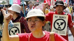 په هیروشیما کې لاریون کوونکي د اتوم بم د استعمال پرضد لاریون کوي. د جاپان د حکومت رییس د اتوم بم د سلامتۍ ژمنه وکړه.