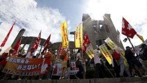 په هیروشیما کې د اتوم بم ضد د کارولو ضد لاریون کوونکي.