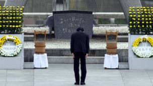 د جاپان لومړی وزير ناوتو کان په هیروشیما کې د اتوم بم د وژل شوو کسانو په یاد کې.