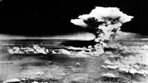 د هوا له لارې د هیروشیما د اتوم بم چاودنې انځور. یوې امریکايي الوتکې پر هیروشیما لومړی اتوم بم د ۱۹۴۵ په اګست کې راوغورځاوه.