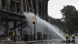 Пожарные тушат подожженный хулиганами дом в районе Тоттенхэм