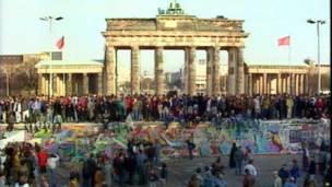 د برلین په زړه کې د براندبورګ دروازه، چې د سړې جګړې پرمهال د ښار د وېشل په موخه جوړه شوه، دا په ۱۹۸۹ کال د نومبر پر نهمه د برلین ددېوال عکس دی.