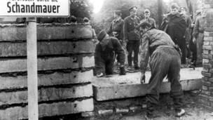 د ۱۹۶۱ کال اګست: د دیموکرات المان چارواکي د ختيځ او لوېديځ المان ترمنځ د سرحد جوړولو په موخه دېوال جوړوي.