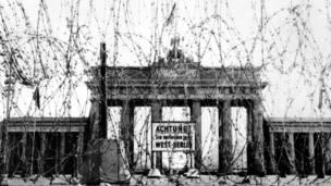 ۱۹۶۱ اګست: برتانویانو د سرحد پر لوېديځه څنډه د براندنبورګ دروازې ته څېرمه اغزن تارونه ولګول.
