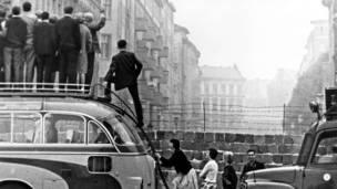 ۱۹۶۴: لوېديځ سیلانیان د دېوال تر شا د ختيځ برلین دېوال ته ګوري.