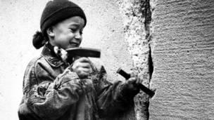 ۱۹۸۹ د دسمبر ۳۱مه: د ختيځ المان یوه ماشومه د دېوال په ړنګولو کې ونډه اخلي.
