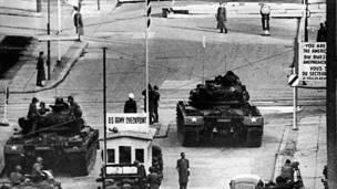 ۱۹۶، د اکتوبر ۲۷مه: امریکايي شوبلې د لریدریچ شتراسه له وتنځي سره مخامخ دي.
