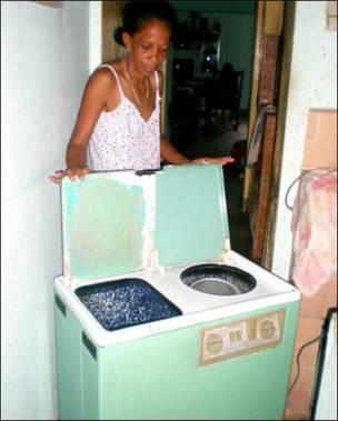"""Роза Марія Беркомо гордо демонструє Бі-Бі-Сі пральну машину """"Ауріка"""": """"Я купила її у 1990 році за 230 песо (це приблизно середня зарплата за місяць). Вона й досі працює відмінно. Аби використати віджим, який працює окремо, потрібно дістати мокрий одяг і ретельно скласти його у потрібному місці, бо якщо усе зіжмакати, одяг може порватися"""""""