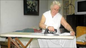 81-річна Роза Морено показує радянську праску, що була зроблена кілька десятиліть тому і не має сучасних функцій.