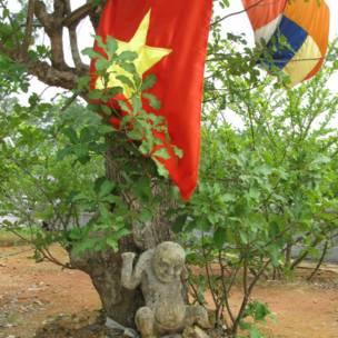 Флаг коммунистического Китая и буддистские символы