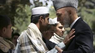Президент Афганистана Хамид Карзай встречается с молодым смертником