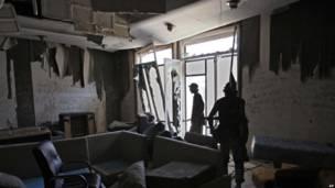 Ливийские повстанцы в комплексе Баб-аль-Азизия, в котором расположена резиденция Каддафи