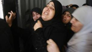 Палестинские женщины плачут на похоронах