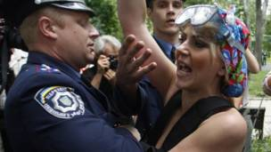 Украинские милиционеры задерживают женщину-оппозиционерку