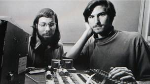 Steve Jobs và Steve Wozniak khởi nghiệp hãng Apple trong một chiếc ga-ra