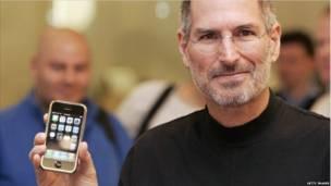 Năm 2007, Apple tung ra chiếc máy điện thoại di động thông minh đầu tiên