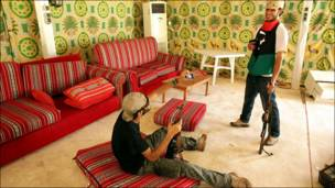 Hotuna: 'Yan tawaye na farautar Kanal Gaddafi