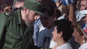 Fidel Castro habla con las abuelos de Elián González en 2000. Foto: AP