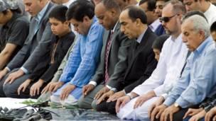 ایرفاین، کلیفورنیا: امریکايي مسلمانان د نېکمرغه کوچني اختر لمونځ کوي.