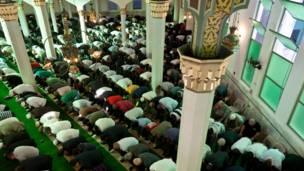 ساو پاولو: برازیلي مسلمانان د برازیل په تر ټولو لرغوني جومات کې د کوچني اختر لمونځ کوي.