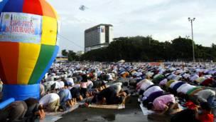 مانیلا: فلیپیني مسلمانان د اختر لمونځ کوي.